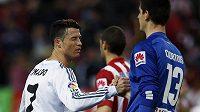 Cristiano Ronaldo (vlevo) z Realu Madrid podává ruku brankáři Atlétika Thibautovi Courtoisovi.