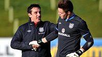 Kouč Gary Neville (vlevo) a brankář Jack Butland na tréninku anglické reprezentace.