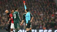 Záložník Manchesteru United Nani (druhý zleva) vidí červenou kartu v utkání proti Realu Madrid.