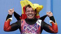 Německý sáňkař Felix Loch oslavuje svůj olympijský triumf v Soči.