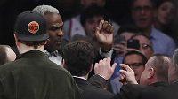 Bývalý hráč New York Knicks Charles Oakley při konfliktu s ochrankou během utkání s LA Clippers.