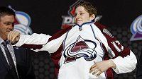 Nathan MacKinnon, jednička letošního draftu NHL, si obléká dres Colorada.