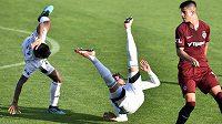 Utkání 3. kola první fotbalové ligy: MFK Karviná - Sparta Praha, 13. září 2020 v Karviné. Zleva Jean Mangabeira a Filip Twardzik z Karviné a Adam Hložek ze Sparty.