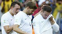 Smutní angličtí fotbalisté po remíze s Kostarikou. Zleva obránce Phil Jones, záložník Steven Gerrard a útočník Wayne Rooney.