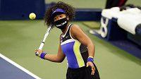 Naomi Ósakaová na US Open s rouškou na památku Breonny Taylorové při utkání s Misaki Doiovou.