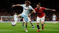 Fotbalista West Hamu Alex Král (vlevo) v souboji s Alexem Tellesem z Manchesteru United.