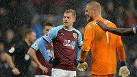 Útočník Burnley Matěj Vydra (vlevo) a gólman Leicesteru Kasper Schmeichel.
