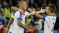 Slovenští fotbalisté - kapitán Martin Škrtel a bek Peter Pekarík (vpravo) slaví postup do osmifinále ME ve Francii.