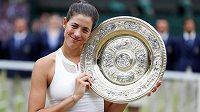 Garbiňe Muguruzaová s trofejí pro vítězku Wimbledonu.