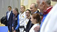 Ruský prezident Vladimir Putin (třetí zprava) navštívil centrum proto sportovní trénink v Soči.