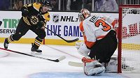 Český útočník Bostonu Jakub Lauko překonává gólmana Philadelphie Briana Elliotta.