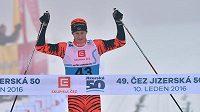Norský lyžař Petter Eliassen slaví vítězství na 49. ročníku Jizerské padesátky.