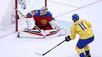 Švédský útočník Mikael Backlund střílí na ruského brankáře Sergeje Bobrovského.