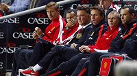 Zdrcená trenérská lavička Manchesteru United. Louis van Gaal (uprostřed) a jeho asistent Ryan Giggs (druhý zleva) sledují marnou snahu svých svěřenců.