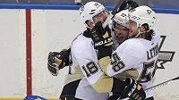 Hokejisté Pittsburghu Sidney Crosby (uprostřed), James Neal (18) a obránce Kris Letang (58) slaví gól do sítě New Yorku Islanders.