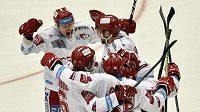Hráči Třince se radují z gólu Rostislava Martynka proti Vítkovicím