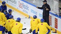 Asistent trenéra Ulf Engman hovoří s hráči na tréninku švédské hokejové reprezentace v Praze.