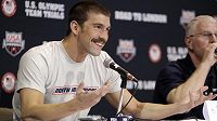 Michael Phelps mluví na tiskové konferenci při americké olympijské kvalifikaci.