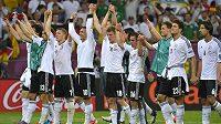 Němečtí fotbalisté oslavují postup do čtvrtfinále mistrovství Evropy.
