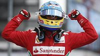 Fernando Alonso se raduje z triumfu ve Velké ceně Německa vozů formule 1.