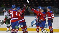 Hokejisté Lva Praha se radují z gólu proti Kazani.