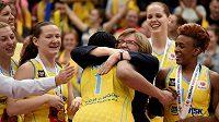 Trenérka USK Praha Natália Hejková se svými svěřenkyněmi slaví prvenství v Eurolize.