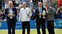 Čtveřice úspěšných tenisových legend minulosti zleva Boris Becker, John McEnroe, Ray Emerson a Lleyton Hewiit pózují s trofejemi pro vítěze turnaje v londýnském Queens Clubu.