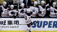 Ryan Strome (18) z Edmontonu slaví se spoluhráči svůj gól - ilustrační foto.