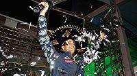 Až čtyři hodiny po skončení Velké ceny Mexika převzal Australan Daniel Ricciardo ocenění za třetí místo.