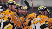 Litvínovští hokejisté se radují z vyrovnávacího gólu na ledě Třince.