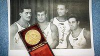 Do Brna se vrací první československá olympijská medaile, kterou v roce 1924 vybojoval v Paříži Bedřich Šupčík ve šplhu na osmimetrovém laně bez přírazu. Na snímku ze 17. července 2019 je medaile s kopií historické fotografie, na které je úplně vlevo Bedřich Šupčík.