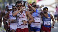 Polský chodec Dawid Tomala v čele olympijského závodu v chůzi na 50 km.