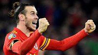 Velšský kapitán Gareth Bale oslavuje výhru nad Maďarskem a postup na EURO.