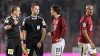 Tomáš Rosický hovoří s rozhodčími Radkem Příhodou (druhý zleva) a Jiřím Křížem po utkání s Plzní.