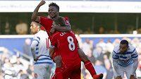 Liverpoolští záložníci Raheem Sterling a Steven Gerrard (č. 8) slaví vítězný gól na hřišti QPR.
