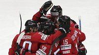 Švýcarští hokejisté se radují z gólu proti Švédsku, jemuž nakonec podlehli po nájezdech.
