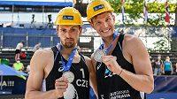 Beachvolejbalisté Ondřej Perušič (vlevo) a David Schweiner se stříbrnými medailemi po finále turnaje Světového okruhu v Ostravě.