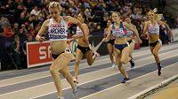 Holly Archerová v čele běhu na 1500 m při loňském britském halovém šampionátu v Glasgow.