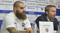 Zleva obránce Vítkovic Jan Výtisk a trenér Jakub Petr na tiskové konferenci před sezonou.