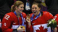 Kanaďanky Hayley Wickenheiserová (vlevo) a Natalie Spoonerová slaví olympijské hokejové zlato.