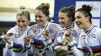 Australanky Annette Edmondsonová (zleva), Ashlee Ankudinoffová, Amy Cureová a Melissa Hoskinsová vytvořily na MS v Saint Quentinu světový rekord a získaly zlato ve stíhacím závodě družstev.