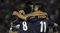 Fotbalisté Argentiny se radují ze vstřelení gólu proti Uruguayi.