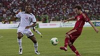 Španělský fotbalista Juan Mata (vpravo) drží míč. Brání ho Carlos Akapo z Rovníkové Guinei.