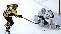 Český hokejista David Pastrňák při samostatných nájezdech v utkání s Tampou Bay Lightning neuspěl a Bruins zápas prohráli.