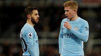 Spoluhráči z Manchesteru City Kevin De Bruyne a Bernardo Silva si užívají vítězného tažení Citizens v Premier League. Záložník Bernardo Silva (vlevo) v ligové soutěži neprohrál v roce 2017 ani jediný zápas.