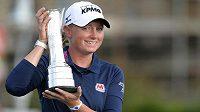 Američanka Stacy Lewisová s trofejí pro vítězku golfového British Open.