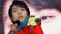 Japonský krasobruslař Juzuru Hanju pózuje se zlatou medailí z Pchjongčchangu.