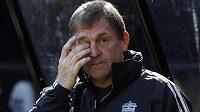 Trenér Kenny Dalglish nabádá hráče, aby se uklidnili.