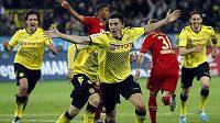 Robert Lewandowski (uprostřed) jásá po vstřelení branky do sítě Bayernu.