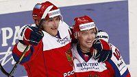 Ruský hokejista Sergej Mozjakin slaví se spoluhráčem Alexandrem Ovečkinem (vlevo) gól do sítě Švédska.